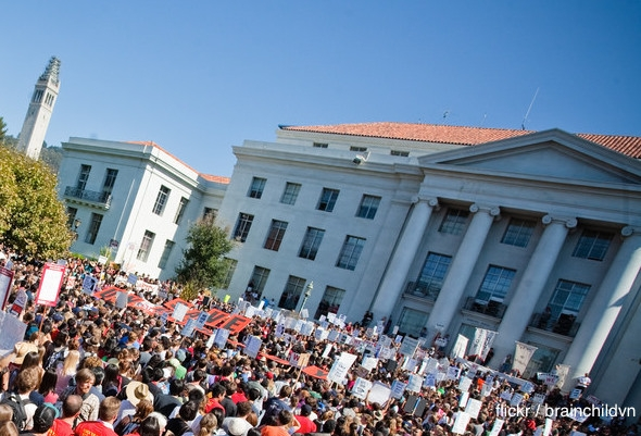 Crowd of hundreds of students protests in UC Berkeley Sproul Plaza